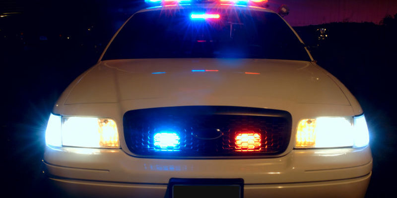 800px-Police_car_with_emergency_lights_on